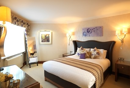 Low_H0BKA_27087274_Thistle_Cheltenham_Hotel_Bedrooms_Suite1.jpg